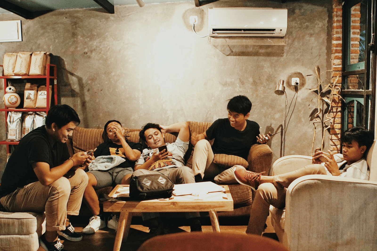 consumidor-digital-grupo-de-jovens-no-celular
