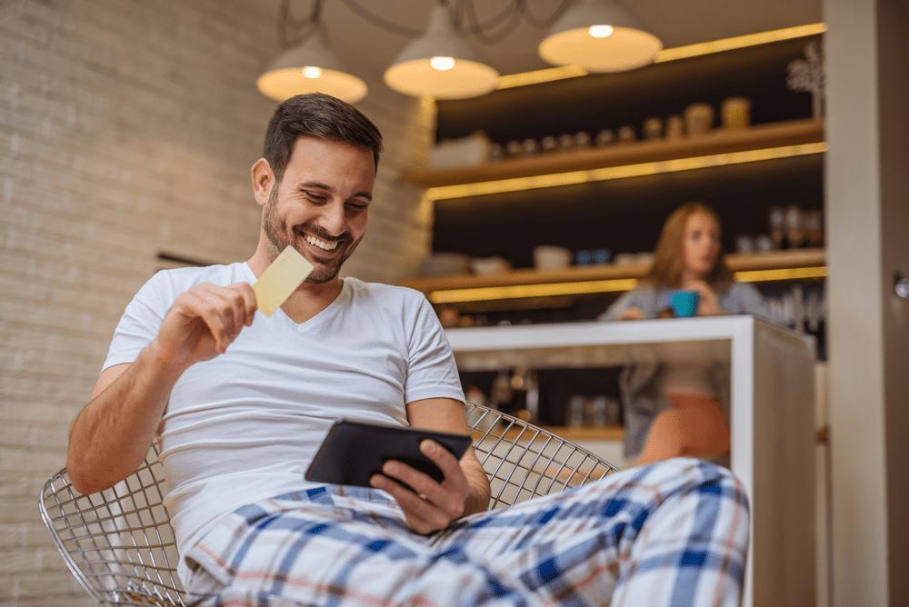 consumidor-digital-homem-fazendo-compras-online