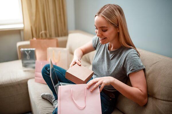 mulher abrindo compra online em uma promoção de ano-novo
