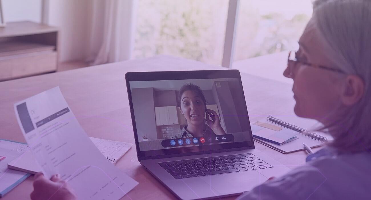 Mulher Lendo Currículo E Fazendo Entrevista Online Para Trabalhar Com E-commerce