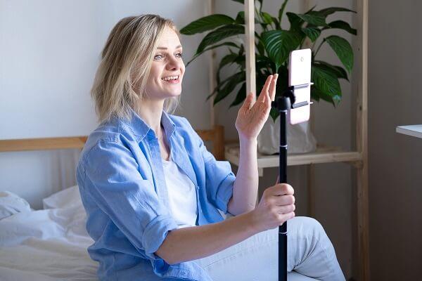 como usar reels instagram mulher gravando video com celular e ring light