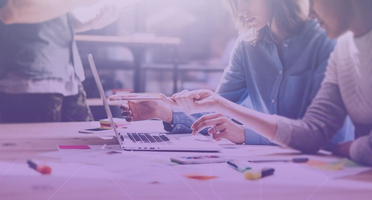 Pessoas No Trabalho Fazendo Planejamento De E-commerce