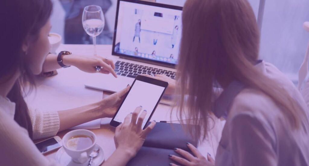Mulheres trabalhando no computador no celular no desenvolvimento de acessibilidade no site para e-commerce