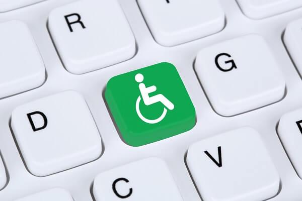 Imagem de um teclado branco com tecla verde representando as pessoas com deficiência para ilustrar acessibilidade no site.