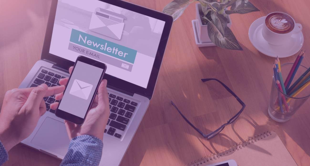 Pessoa Com Notebook E Smartphone Com Uma Newsletter De E-commerce Na Tela